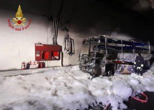Autobus in fiamme a Varenna.